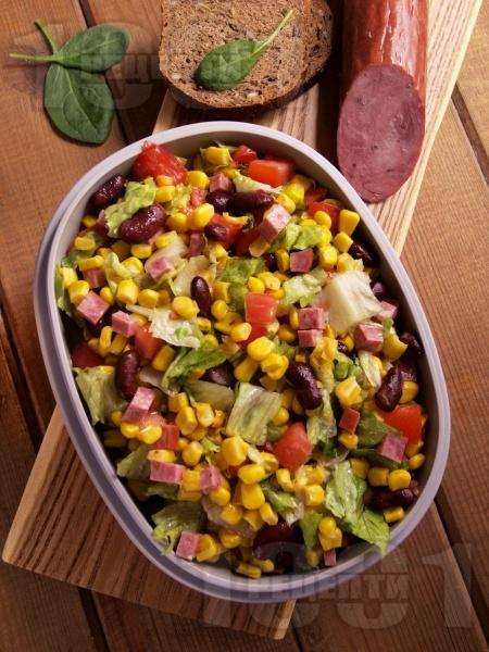 Мексиканска зелена салата с царевица, червен боб, зелена салата, домати и колбас - снимка на рецептата